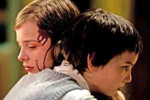 Abby (Chloe Moretz) en Owen (Kodi Smit-McPhee)