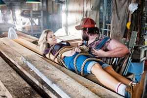 Allison (Katrina Bowden) en Dale (Tyler Labine)