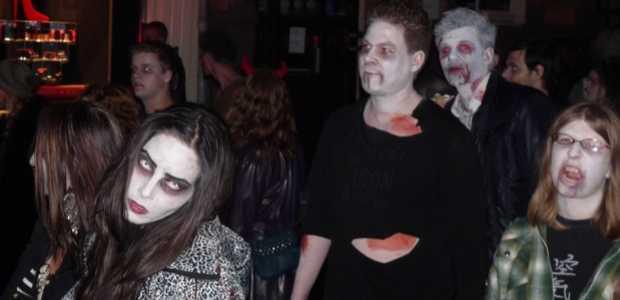 Negenhonderd zombies hadden aangemeld voor The Walking Dead zombie walk 29 oktober in Amsterdam.