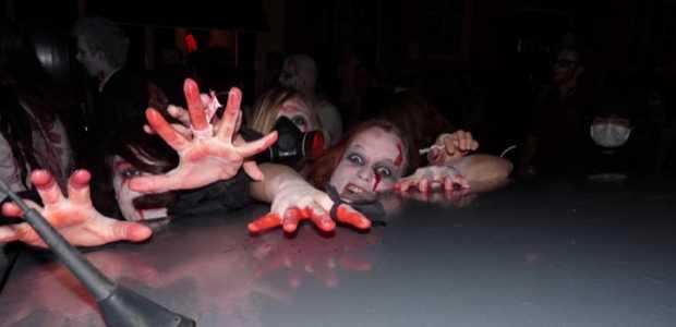 Woeste zombies tijdens The Walking Dead zombie walk 29 oktober in Amsterdam.