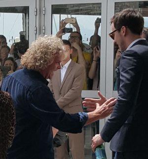 Acteur Nicholas Hoult en producent Doug Mitchell zijn blij om elkaar weer te zien