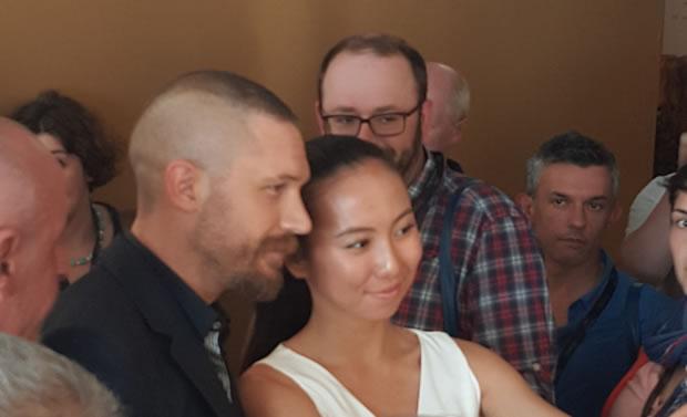 Tom Hardy, poseert na de persconferentie even met de aanwezige pers in Cannes