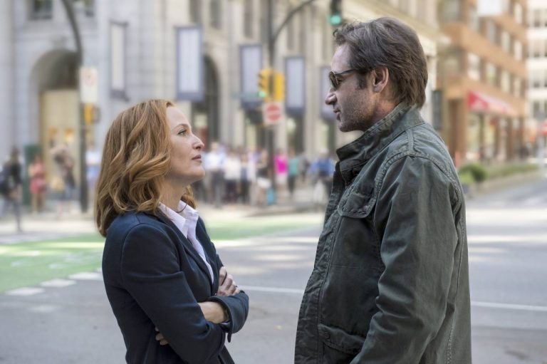 THE X-FILES: Gillian Anderson als Dana Scully en David Duchovny als Fox Mulder.