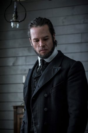 Guy Pearce als The Reverend in Grimstone